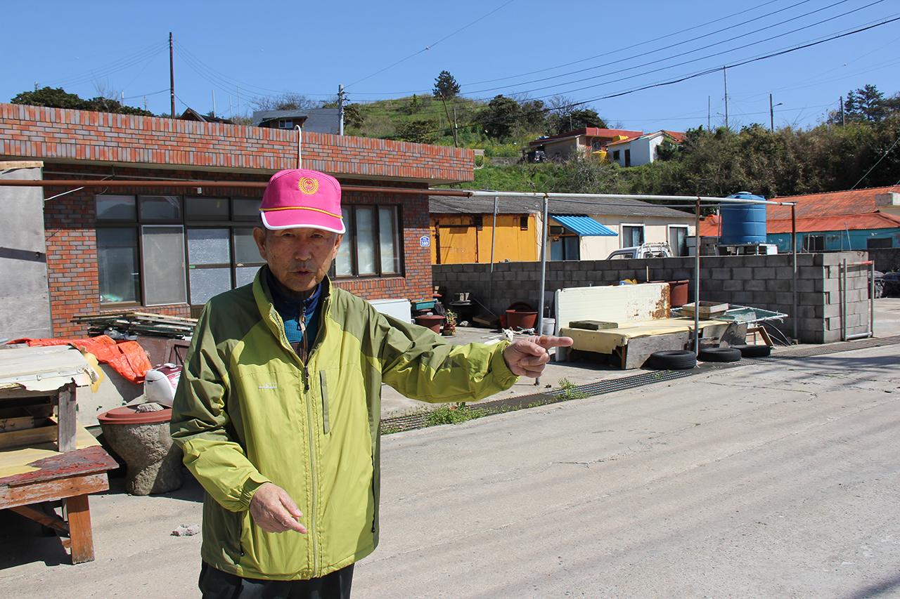 대흑산도 포경근거지 위치 및 공간 구성을 구술 증언하고 있는 박인순씨. 아버지가 일본 포경회사 직원이었다.