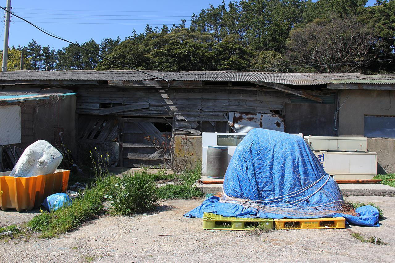고래를 삶던 대형 가마솥 두 개가 보존돼 있는 것으로 추정되는 목조 건물.