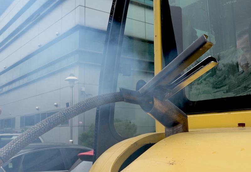 노후 굴삭기 매연 테스트 노후 엔진을 그대로 달고 있는 굴삭기에서 매연이 배출되는 모습