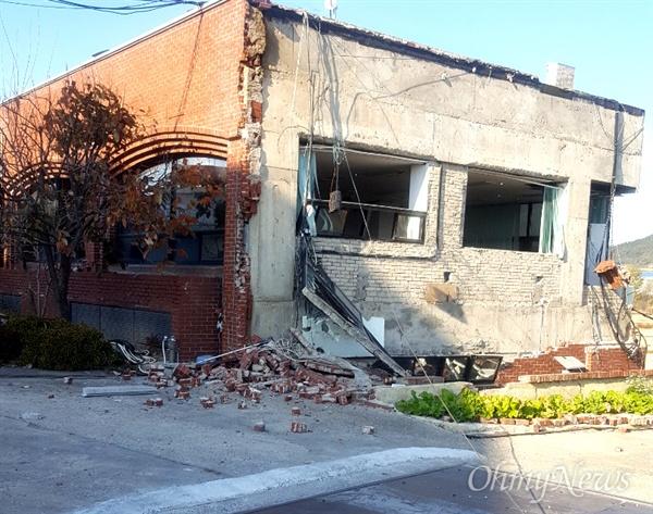 15일 발생한 지진으로 경북 포항시 흥해 지역에 있는 건물의 외벽 벽돌이 떨어졌다.