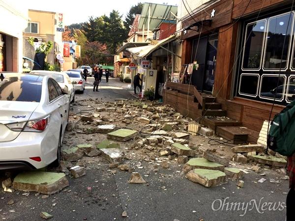 15일 발생한 포항 지진으로 건물의 일부가 파손되어 벽돌이 떨어졌다.