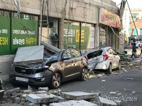 15일 발생한 지진으로 경북 포항 흥해지역에 건물 벽돌이 떨어져 차량이 파손을 입었다.
