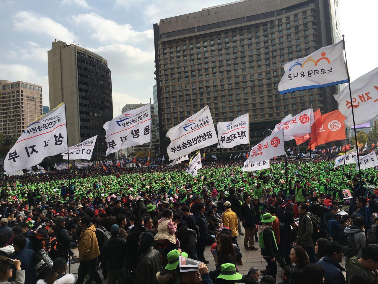 시청광장에서 노동조합이 모여 집회를 하는 모습