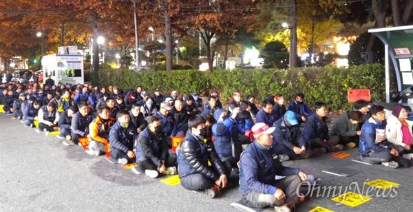 전국건설노조 경남건설기계지부는 16일 저녁 자유한국당 경남도당 앞에서 '건설근로자법 개정'을 요구하며 집회를 벌였다.