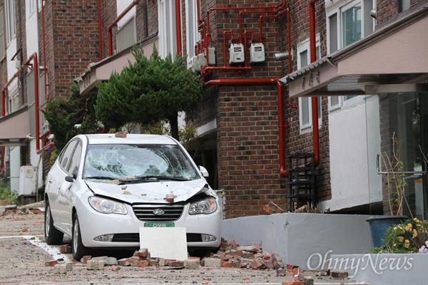 지난 15일 발생한 포항 지진으로 대동빌라 주차장에 부서진 자동차가 그대로 방치돼 있다.