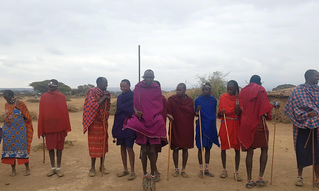 환영 춤을 추는 마사이족 여인들.