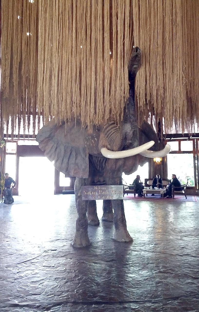 케냐 나이로비의 사라피 파크 호텔 로비에 자리 잡은 커다란 코끼리상.