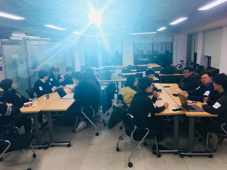제1회 경남콘텐츠포럼-콘퍼런스 2부 CoP 그룹 토의 시간에 참가자들이 각 조별 주제를 열심히 토론중이다