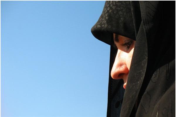 머리카락이 보인다는 이유로 길거리에서 경찰들에게 위협을 받는 여성들의 나라.