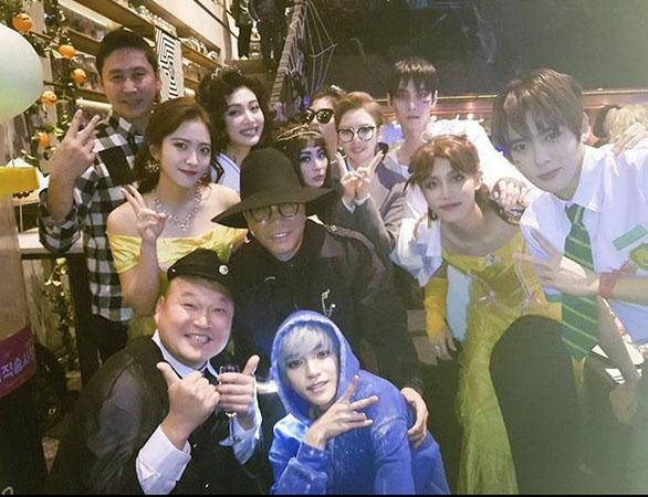 지난 11월 소속 연예인들과 함께 할로윈 파티를 가진 SM엔터테인먼트의 창업자인 이수만 대표 프로듀서 (SM 공식 인스타그램)