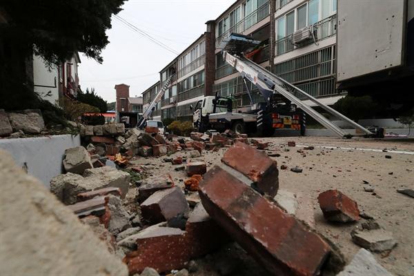 지진 피해를 본 이재민들이 22일 오전 경북 포항시 북구 환호동 대동빌라에서 짐을 빼 이사하고 있다. 포항시는 지진 피해로 집이 부서지거나 기울어져 철거 대상인 대동빌라, 흥해읍 대성아파트 등 328가구를 LH(한국토지주택공사) 임대아파트로 옮기기로 했다.