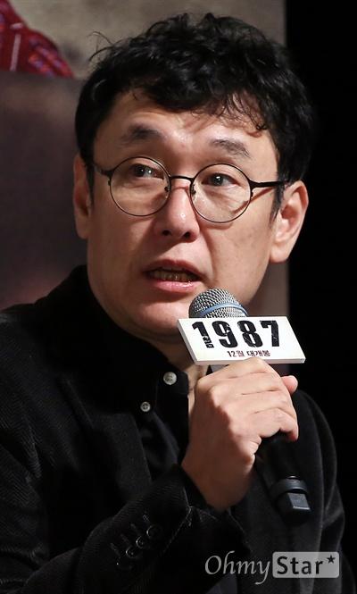 '1987' 장준환 감독 장준환 감독이 22일 오전 서울 압구정CGV에서 열린 영화 <1987> 제작보고회에서 질문에 답하고 있다. <1987>은 한 젊은이가 죽고 모든 것이 변화하기 시작한 1987년을 살아갔던 사람들의 뜨거운 이야기를 그린 작품이다. 12월 개봉 예정.