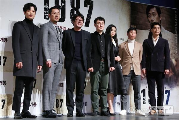 '1987' 핫한 배우들과 뜨거운 과거로! 22일 오전 서울 압구정CGV에서 열린 영화 <1987> 제작보고회에서 장준환 감독(왼쪽에서 네번째)과 배우 박희순, 하정우, 김윤석, 김태리, 유해진, 이희준이 포토타임을 갖고 있다. <1987>은 한 젊은이가 죽고 모든 것이 변화하기 시작한 1987년을 살아갔던 사람들의 뜨거운 이야기를 그린 작품이다. 12월