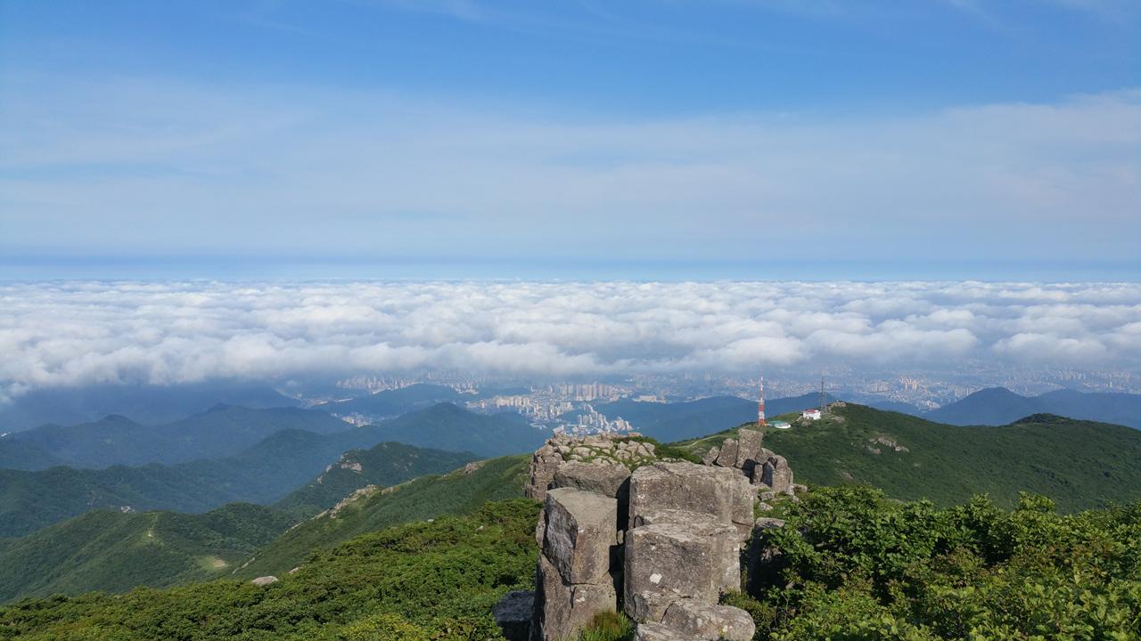 운무 아래 갇힌 덧없는 문명세계 무등산(전남 광주) 수정병풍 서석대 정상에서