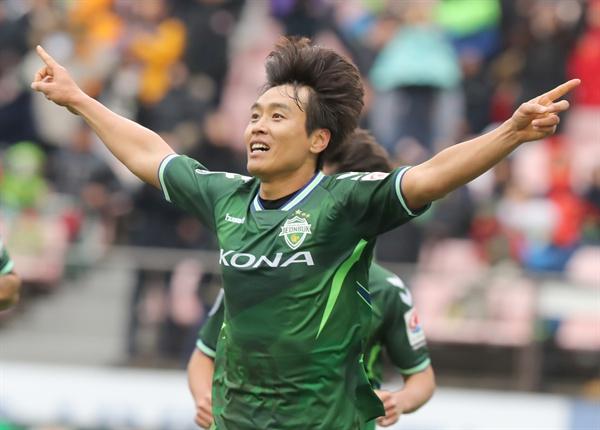 지난 19일 전주월드컵경기장에서 열린 K리그 클래식 최종 38라운드 전북 현대와 수원 삼성의 경기. 전북 이동국이 2대1로 앞서가는 골을 넣고서 세리머니하고 있다.
