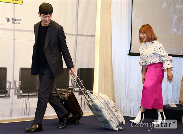 '짠내투어' 여회현, 훈훈한 예능 새내기 배우 여회현이 23일 오전 서울 상암동의 한 호텔에서 열린 tvN 예능 <짠내투어> 제작발표회에서 여행가방을 끌며 입장하고 있다. <짠내투어>는 정해진 예산 안에서 해외 자유여행을 하며 돈이 없어도 자기 만족을 위한 작은 사치를 아끼지않는 소비 트렌드인 '스몰 럭셔리'를 체험해보는 여행 예능 프로그램이다. 25일 토요일 오후 10시 20분 첫 방송.