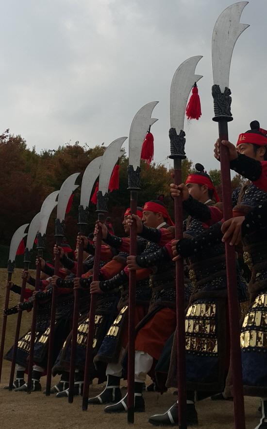 무예24기시범단 월도 수원시립공연단 무예24기시범단의 '월도' 정렬 모습이다. 남북이 무예로 하나되는 모습을 꿈꿔본다.