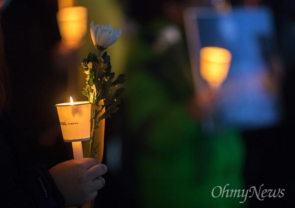 특성화고등학생 권리 연합회 회원들이 23일 오후 서울 시청 앞에서 제주현장실습에서 사망사고로 숨진 고3 고 이민호군의 추모식을 열고 있다.