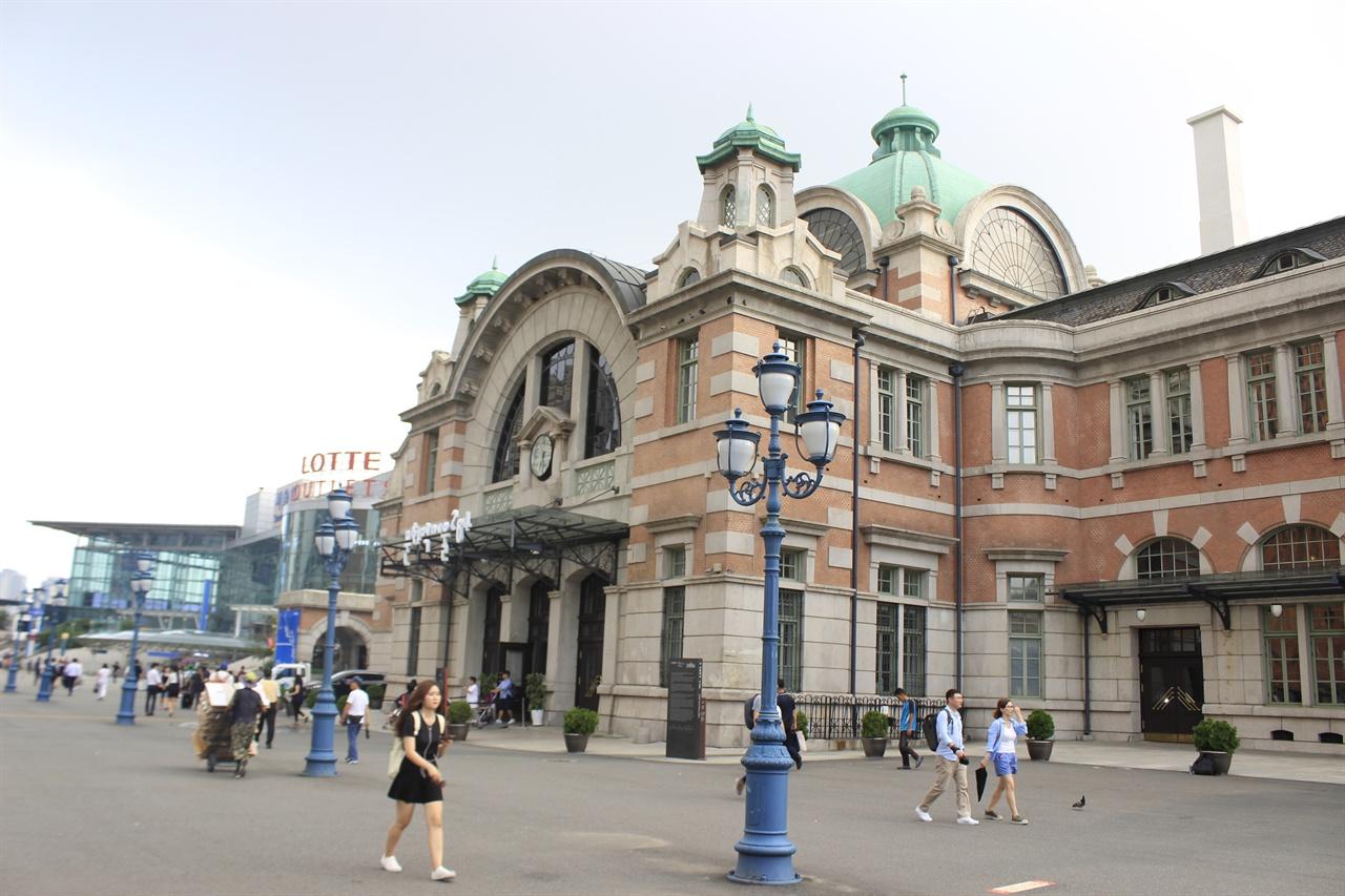 사적 제284호로 지정된 서울역 옛 역 건물이 오는 28일부터 승객을 받는다.