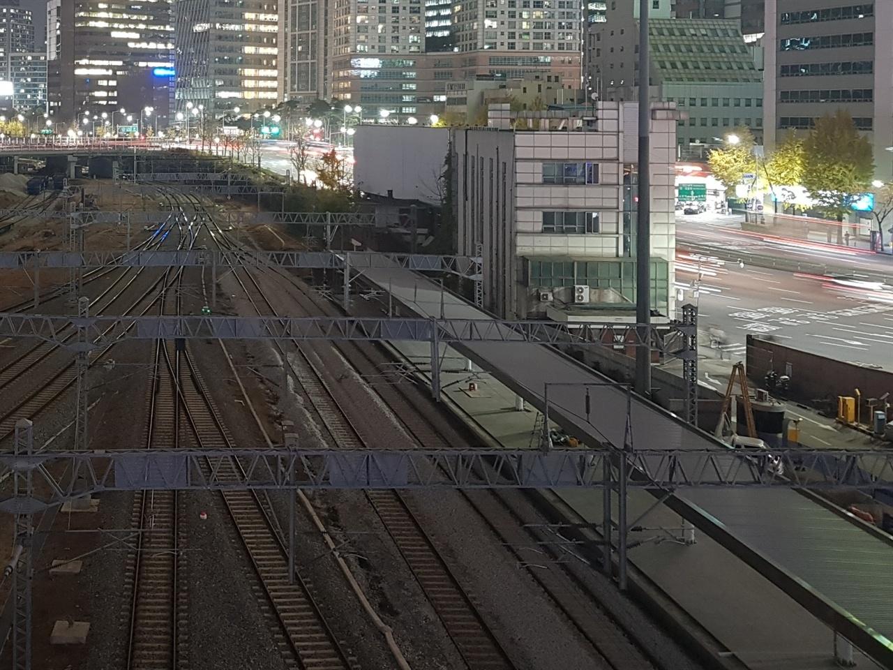 28일 개장을 목표로 건설중인 서울역 동측 승강장. 이 곳을 경의선 전철이 새로이 사용하게 된다.