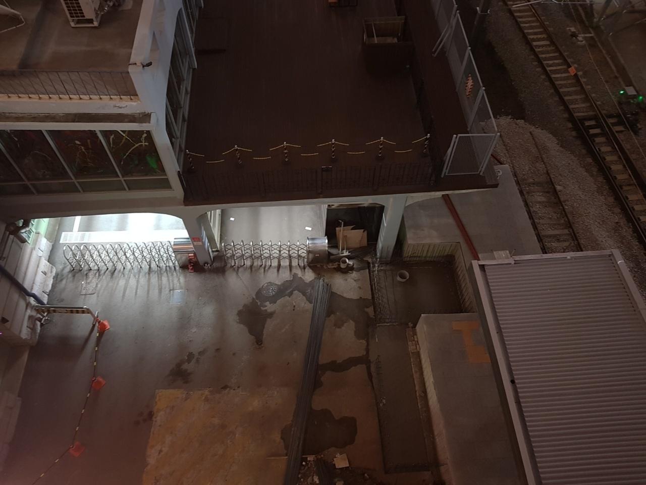 옛 서울역 역사의 1층 데크에서 경의선 전철 취급을 위한 공사가 순조롭게 진행되고 있다.