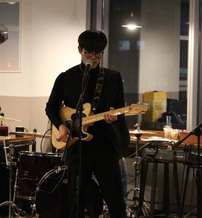 도시총각의 '김효진' '기타 치는 모습이 참 멋지죠?'