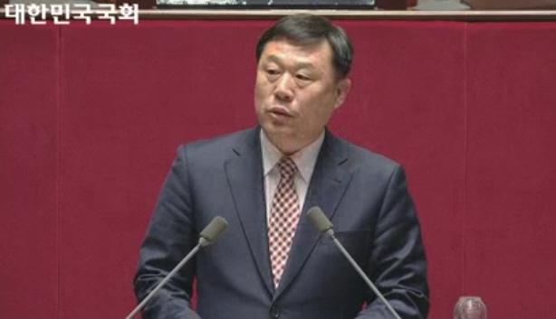 울산 동구가 지역구인 민중당 김종훈 의원이 24일 오후 1시 20분쯤 국회 본회의 5분 자유발언에서 지난 9일 사고를 당한 후 18일 숨진 현장실습생 고 이민호군을 추모한 뒤 재발방지를 위한 대책 마련을 촉구하고 있다.