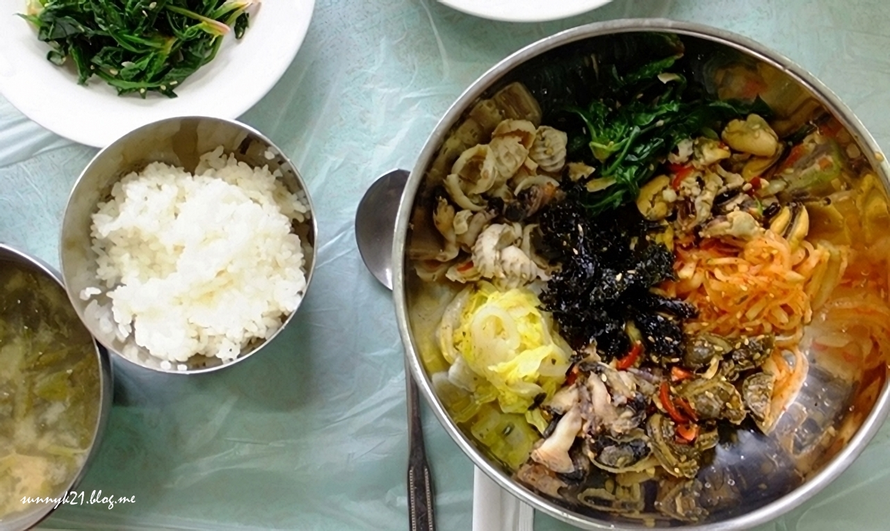 귀한 거북손 등 여러 갯것이 들어간 잊지못할 여수 갯가길 비빔밥.