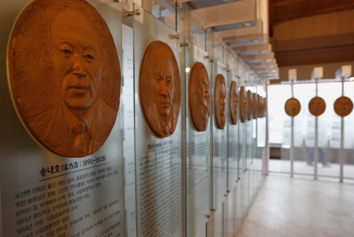 소안항일운동기념관 내부. 정부로부터 독립유공자 서훈을 받은 20명의 흉상과 함께 독립운동가 69명의 존영이 모셔져 있다.