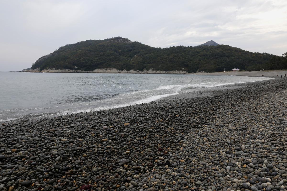 소안도 미라리 해변. 갯돌해변이 아름다운 풍광을 선사한다. 여름은 물론 겨울에도 멋진 여행지다.