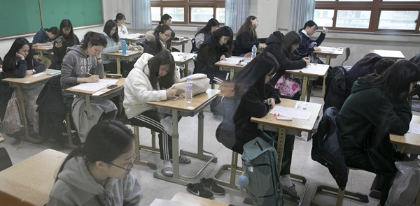 대학수학능력시험일인 23일 오전 경북 포항시 남구 포항이동고등학교 고사장에서 수험생들이 시험을 준비하고 있다.