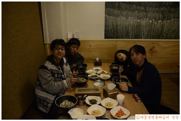 참고로 나는 좌측 위의 사람이다. 시레기밥을 먹었다. 먹는 내내 대충 표정은 저랬다.