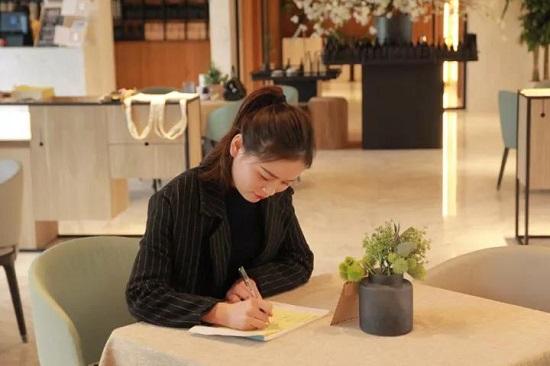 북카페서 손 편지 쓰고 있다