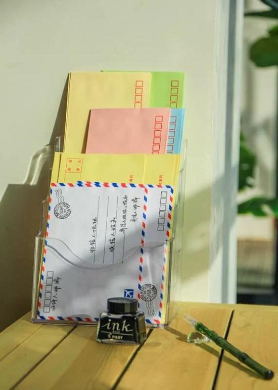 북카페에 비치된 편지지와 필기구
