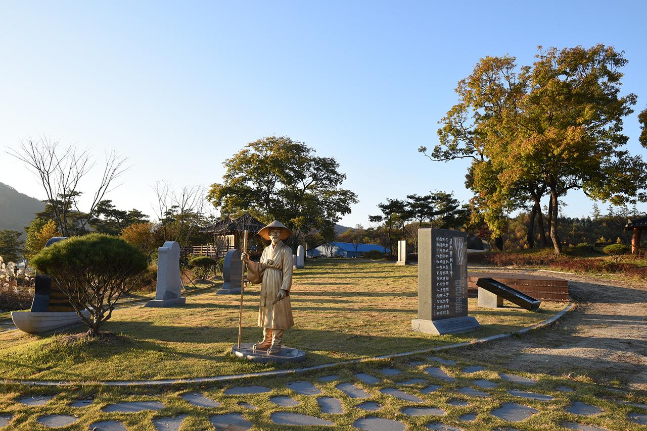 둔동교를 건너면 구암아을이다. 이 마을은 방랑시인 김삿갓이 생의 마지막 6년을 살다가 눈을 감은 곳이다. 마을에 있는 김삿갓 문학공원.