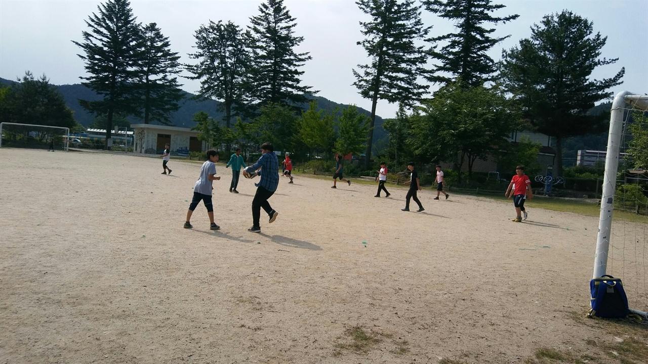 수업 시작 전에 축구를 하며 노는 아이들