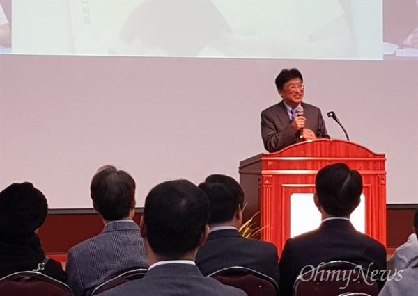 오철환 대구시의회 경제환경위원장이 <인자수성, 아직 할 일이 많다>는 책을 출판하고 25일 오후 대구경북디자인센터에서 출판기념회를 가졌다.