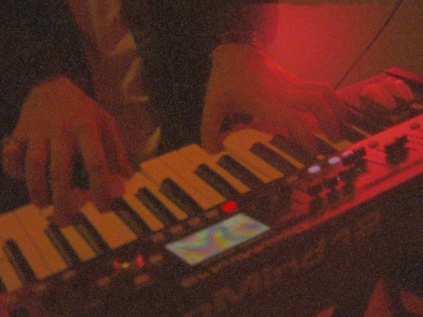 'EVITA!' 뮤직비디오의 한 장면. 테림이 키보드를 연주하고 있다.