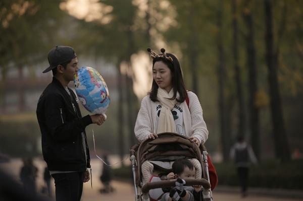 영화 <아기와 나>에서 평화와 안정을 지키는 일은 그리 쉽지 않다.