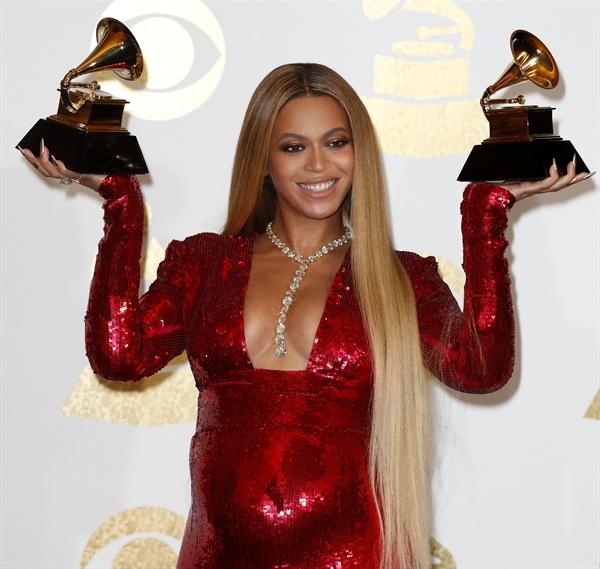 지난 2월 12일(현지 시각) 미국 LA 스테이플스 센터에서 개최된 제59회 그래미 어워드에서 가수 비욘세가 카메라를 향해 포즈를 취하고 있다. 비욘세는 이날 ' 베스트 어반 컨템포러리 앨범상'을 수상했다.