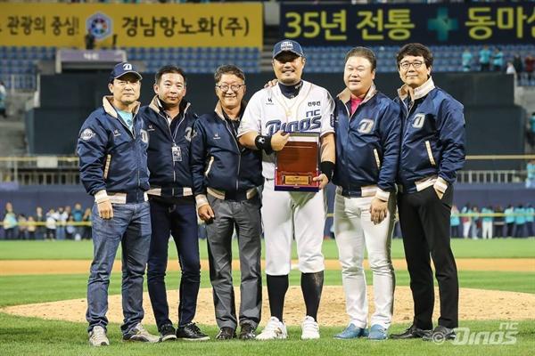 구단, 팬과 아름답게 이별한 이호준 이호준이 지난 9월 30일 창원 마산 야구장에서 열린 본인의 은퇴경기에서 기념사진 촬영을 하고 있다.