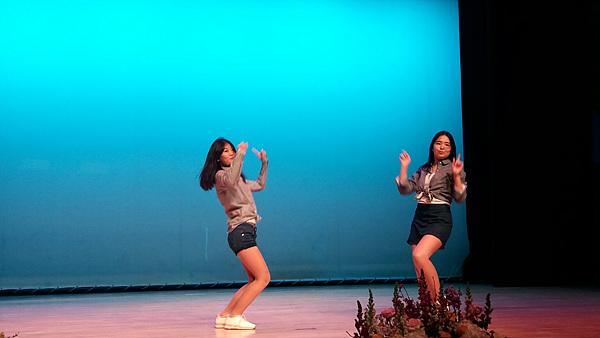 여학생들의 열띤 공연 모습