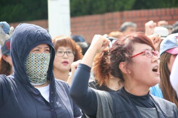 KEC지회 파업 집회에 참여한 이미옥 조합원(왼쪽)