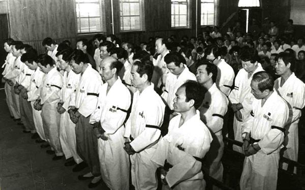 1974년 7월 24일 오전 서울대법정에서 있은 울릉도 간첩단 사건 선거공판에서 피고인 32명 전원에게 유죄판결이 내려졌다