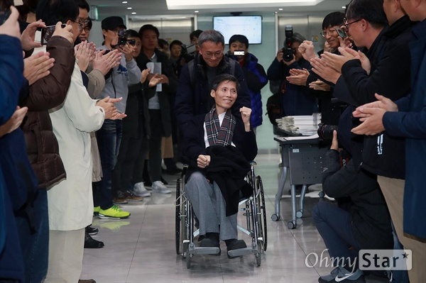 휠체어 타고 시상식에 참석한 이용마 기자 복막암 투병 중인 이용마 MBC 해직기자가 1일 오후 서울 마포구 <한겨레신문> 청암홀에서 열린 제5회 리영희상 시상식에 동료 기자들의 박수를 받으며 시상식장으로 들어서고 있다.