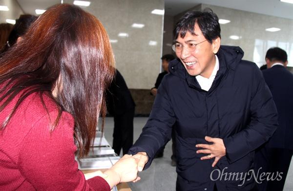더불어민주당 김해을지역위원회가 2일 오후 김해중소기업비지니스센터 대강당에서 연 '시민과 함께 하는 정치아카데미'에 앞서 안희정 충남지사가 참가자들과 인사를 나누고 있다.