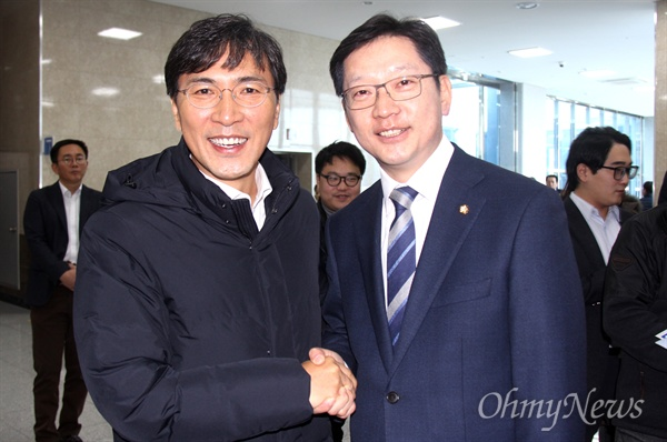 안희정 충남지사는 더불어민주당 김해을지역위원회가 2일 오후 김해중소기업비지니스센터 대강당에서 연 '시민과 함께 하는 정치아카데미'에 참석해 김경수 의원을 만나 인사를 나누었다.