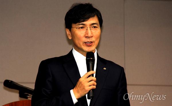 안희정 충남지사는 더불어민주당 김해을지역위원회가 2일 오후 김해중소기업비지니스센터 대강당에서 연 '시민과 함께 하는 정치아카데미'에서 강연했다.