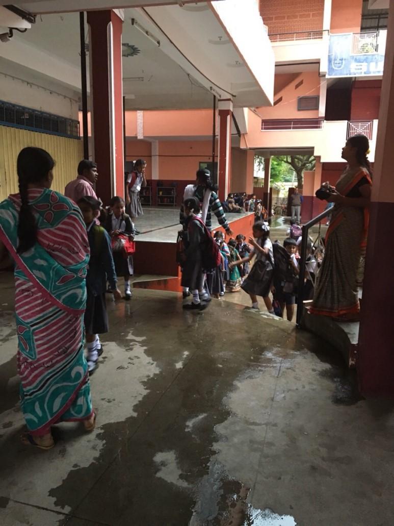하교 하는 길 인도 학교의 하교 길