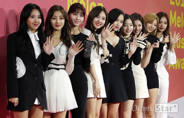 트와이스, 예쁜애 아홉명 트와이스가 2일 오후 서울 고척동 고척스카이돔에서 열린 <2017 멜론뮤직어워드> 레드카펫에서 손인사를 하고 있다.